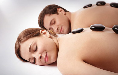 Masaje relajante en pareja con piedras de sal calientes del himal
